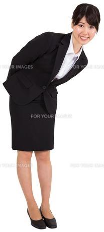 Smiling businesswoman bendingの素材 [FYI00485974]