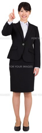 Smiling businesswoman pointingの写真素材 [FYI00485976]