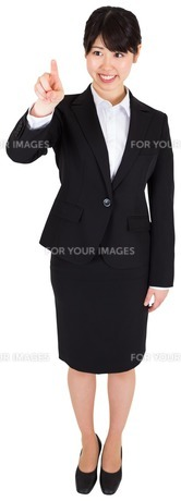 Smiling businesswoman pointingの写真素材 [FYI00485980]