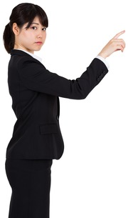 Focused businesswoman pointingの写真素材 [FYI00485987]