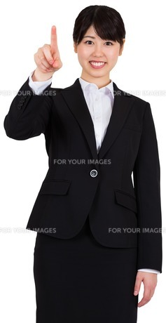 Smiling businesswoman pointingの写真素材 [FYI00485990]