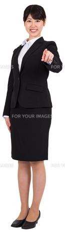 Smiling businesswoman pointingの写真素材 [FYI00485995]