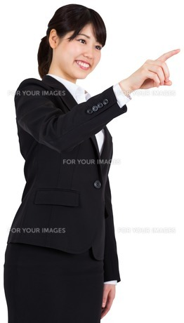 Smiling businesswoman pointingの写真素材 [FYI00485997]