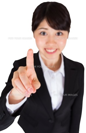 Smiling businesswoman pointingの写真素材 [FYI00486003]