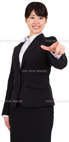 Smiling businesswoman pointingの写真素材 [FYI00486004]