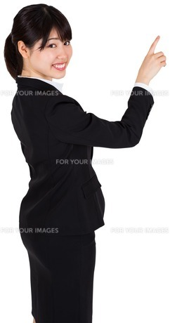 Smiling businesswoman pointingの写真素材 [FYI00486010]