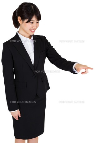 Smiling businesswoman pointingの写真素材 [FYI00486012]
