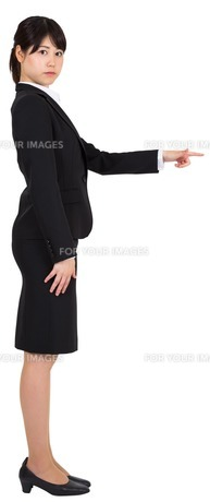 Focused businesswoman pointingの写真素材 [FYI00486013]