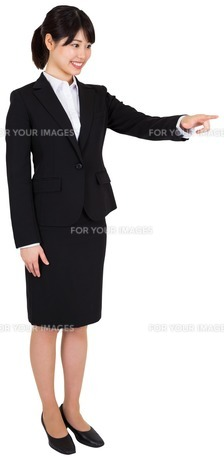 Smiling businesswoman pointingの写真素材 [FYI00486015]