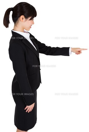 Smiling businesswoman pointingの写真素材 [FYI00486018]