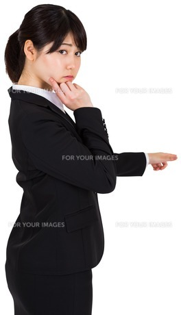Thoughtful businesswoman pointingの写真素材 [FYI00486019]