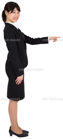 Smiling businesswoman pointingの写真素材 [FYI00486028]