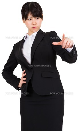 Focused businesswoman pointingの写真素材 [FYI00486037]