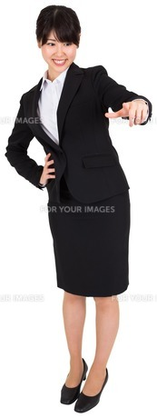 Smiling businesswoman pointingの写真素材 [FYI00486038]