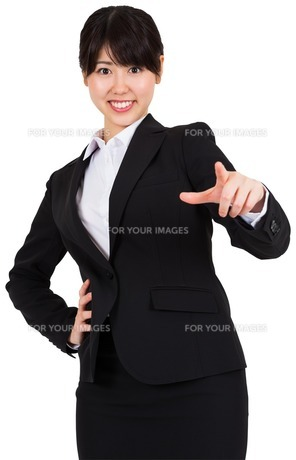 Smiling businesswoman pointingの写真素材 [FYI00486039]