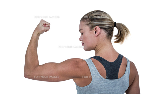 Rear view of muscular woman flexing musclesの写真素材 [FYI00486046]