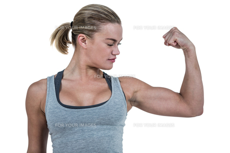 Serious muscular woman flexing muscleの写真素材 [FYI00486047]