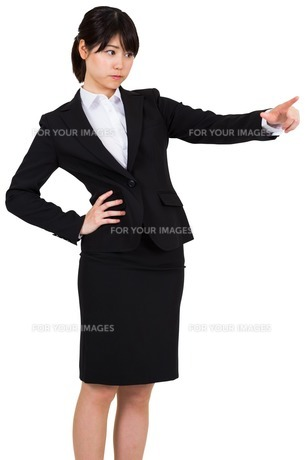 Focused businesswoman pointingの写真素材 [FYI00486052]
