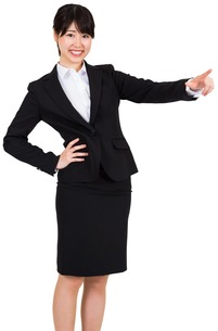Smiling businesswoman pointingの写真素材 [FYI00486053]
