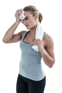 Muscular woman wiping herself with towelの素材 [FYI00486055]