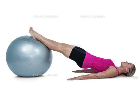 Side view of woman exercising with ballの写真素材 [FYI00486065]