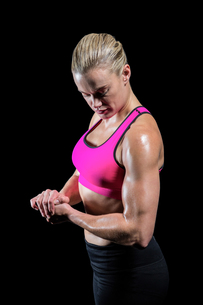 Muscular woman flexing her armの素材 [FYI00486068]