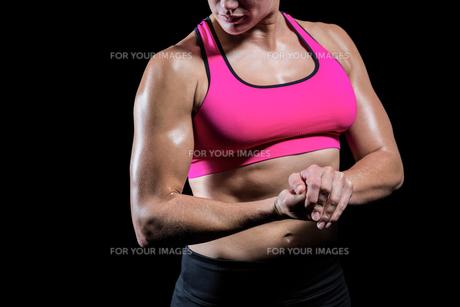 Muscular woman flexing her armの素材 [FYI00486075]
