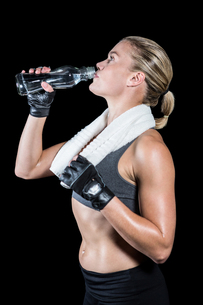 Muscular woman drinking waterの写真素材 [FYI00486083]