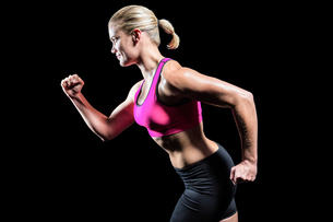 Muscular woman running in sportswearの写真素材 [FYI00486084]