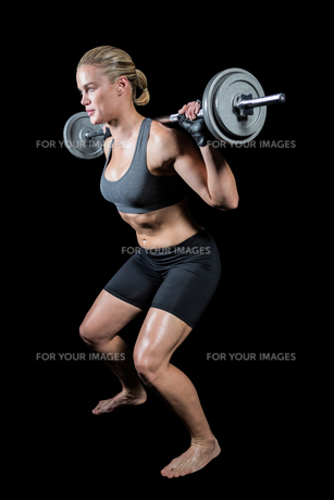 Muscular woman lifting heavy barbellの素材 [FYI00486091]