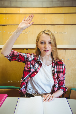 Blonde student raising hand during classの写真素材 [FYI00486105]