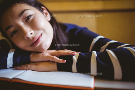 Smiling student in lecture hallの写真素材 [FYI00486111]
