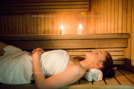 Pretty woman relaxing in the saunaの素材 [FYI00486141]