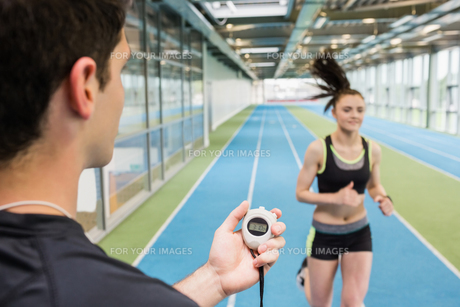 Trainer timing woman on the trackの写真素材 [FYI00486149]