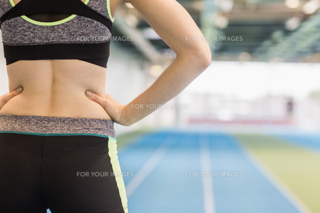 Fit woman on the running trackの写真素材 [FYI00486150]