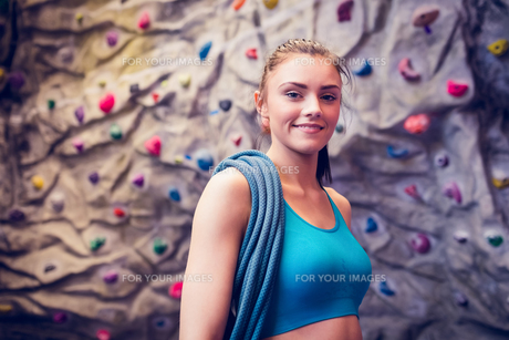 Fit woman at the rock climbing wallの素材 [FYI00486151]