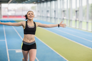Fit woman running on track cheeringの写真素材 [FYI00486152]