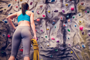 Fit woman looking up at rock climbing wallの素材 [FYI00486153]
