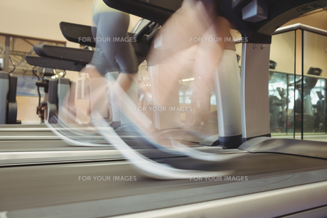 Fit people using the treadmillの写真素材 [FYI00486164]