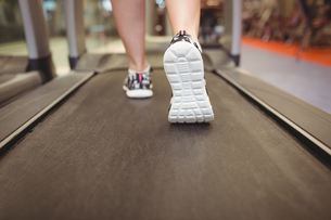 Fit woman running on treadmillの写真素材 [FYI00486168]