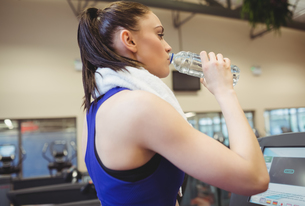 Fit woman taking a drinkの写真素材 [FYI00486171]