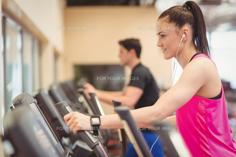 Fit people working out using machinesの写真素材 [FYI00486172]