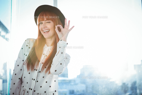 Smiling hipster woman making ok signの写真素材 [FYI00486191]