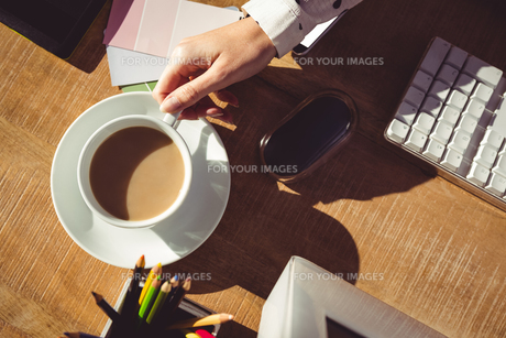 Cropped image of woman holding coffee cupの素材 [FYI00486205]