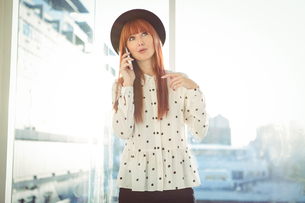 Smiling hipster woman having a phone callの素材 [FYI00486208]