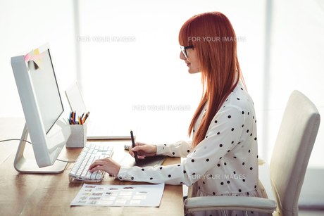 Attractive hipster woman using graphics tabletの素材 [FYI00486224]