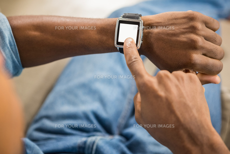 Close up view of a casual man using smart watchの写真素材 [FYI00486262]