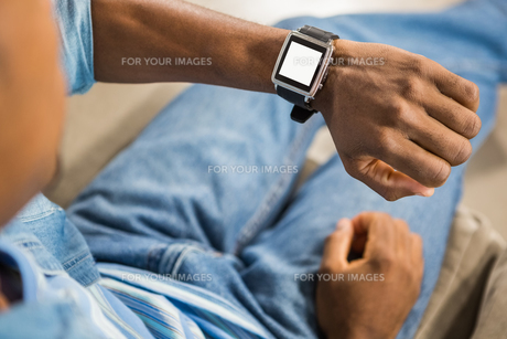Close up view of a casual man using smart watchの写真素材 [FYI00486264]