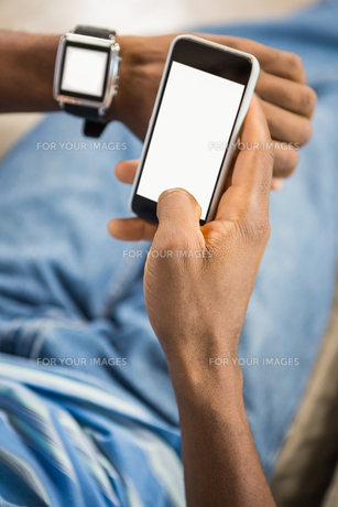 Close up view of a casual man using smart watchの素材 [FYI00486266]