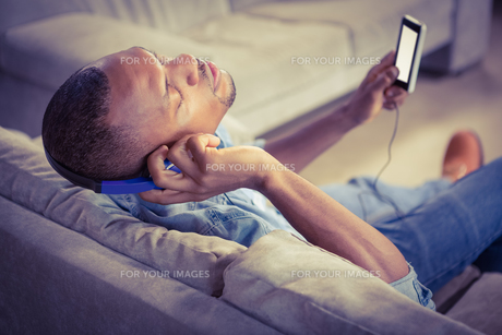 Over shoulder view of casual man listening musicの写真素材 [FYI00486282]